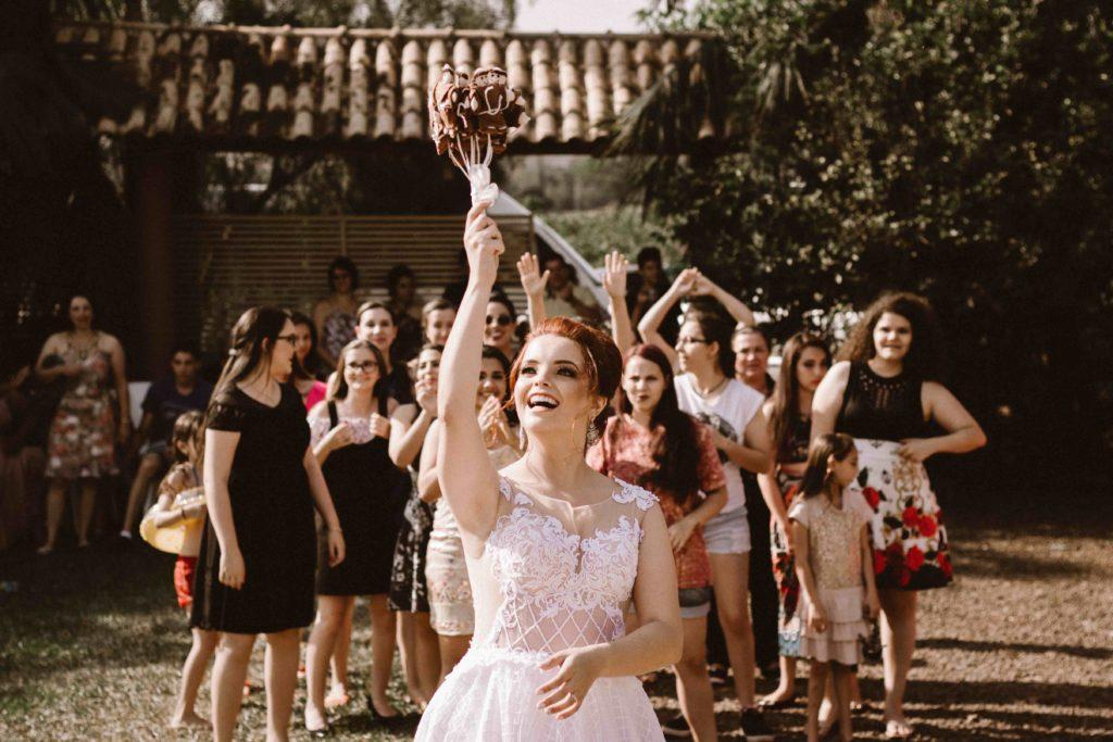 Das Brautstraußwerfen ist eine beliebte Hochzeitstradition